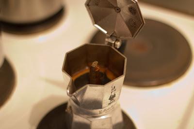 Espresso spritzt aus der Öffnung.