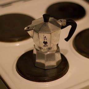 Espresso auf einem Herd kochen.