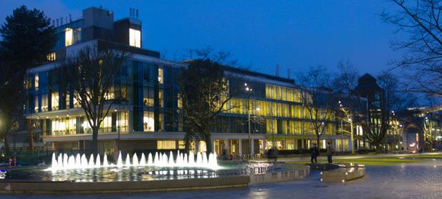 Das Henry Angus Building mit der Sauder School of Business mit dem Brunnen davor.