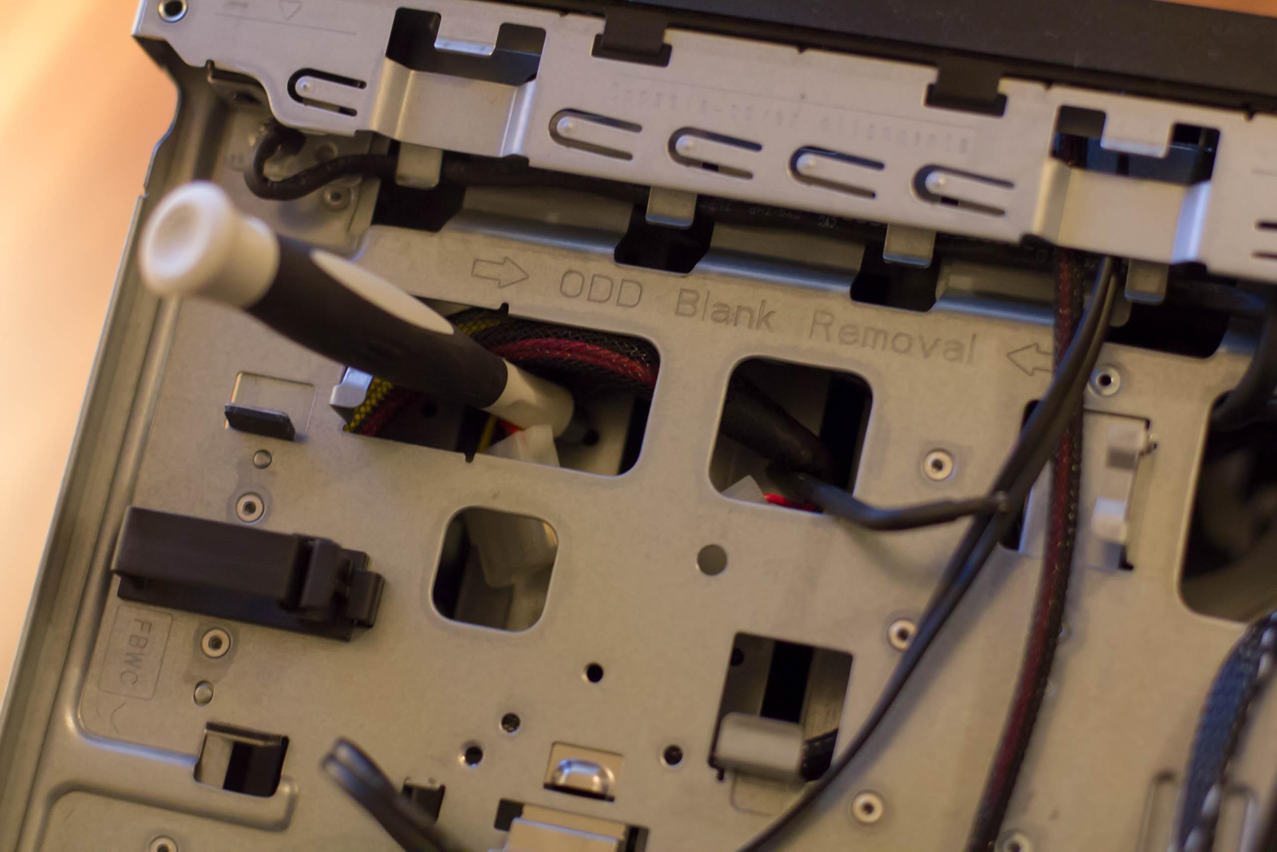 Unter dem optischen Laufwerk befindet sich eine Molex-Steckverbindung, die gelöst werden muss.