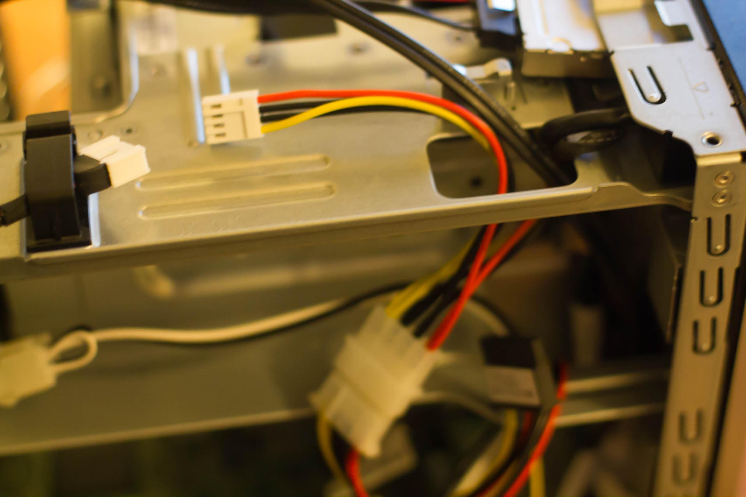Der Berg-Anschluss des Y-Kabels wird mit dem oben liegenden Gegenstück verbunden.