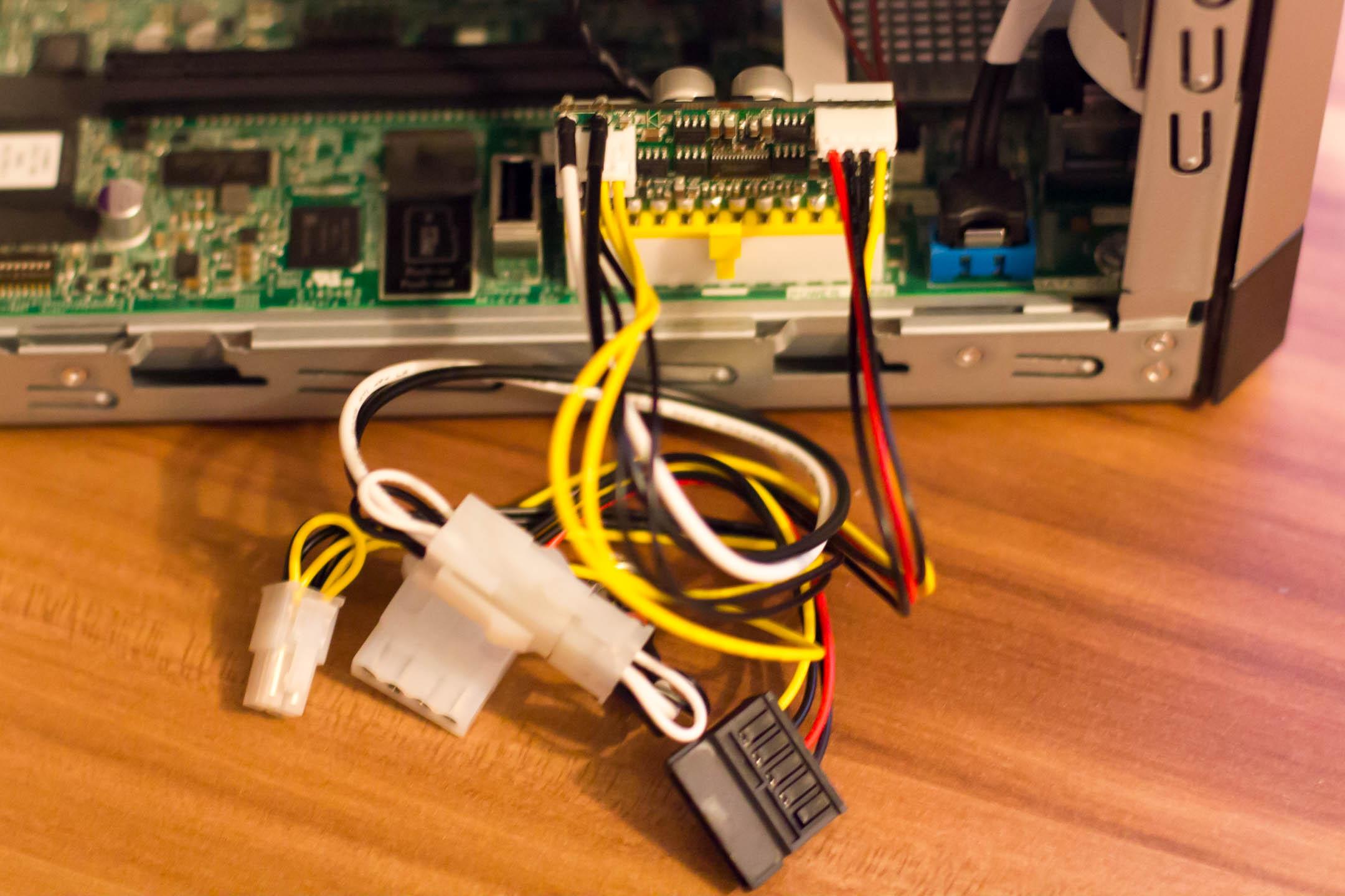 Das PicoPSU ist sehr klein und sitzt direkt auf dem ATX-Connector der Hauptplatine.