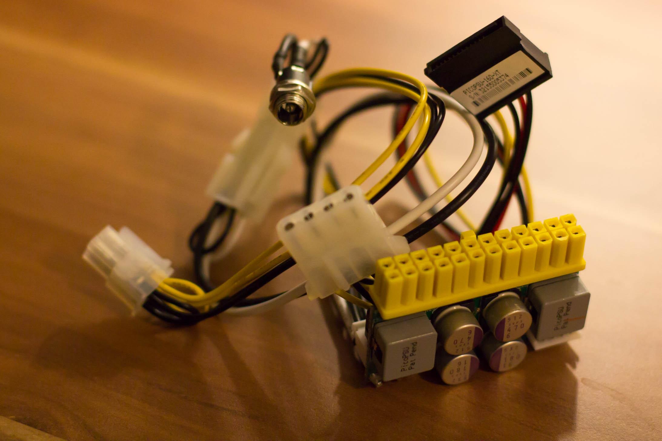Das PicoPSU 160-XT Netzteil für den MicroServer Gen 8 passt in den ATX-Stecker und hat einige SATA- und Molex-Anschlüsse.