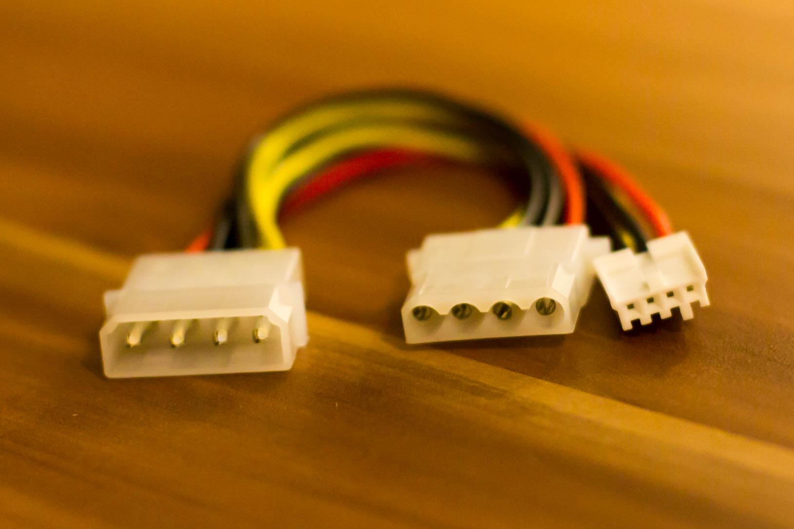 Standard Molex-Y-Adapter mit Berg-Anschluss.